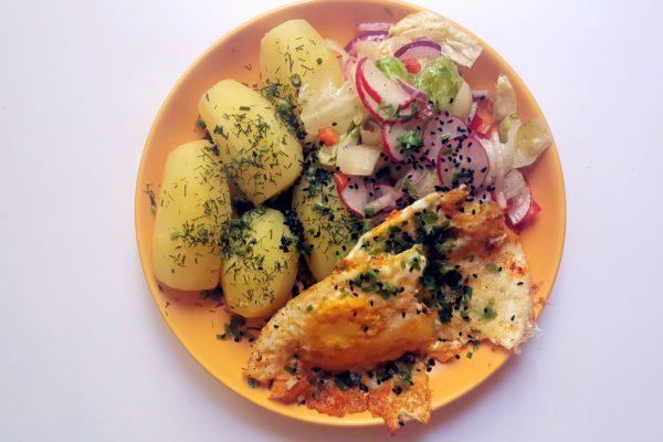 Smażone jajko z ziemniakami i sałatką wiosenną
